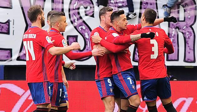 Los jugadores de Osasuna celebran con Sergio León el tanto del cordobés