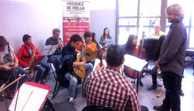 Jesús Martínez Torres, director de la nueva Orquesta EMI Vázquez de Mella, dirige uno de los ensayos en las instalaciones del colegio pamplonés.
