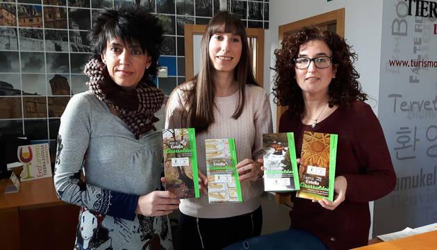 Marian Ganuza, Edurne Suberviola y Jaione Mora muestran los nuevos folletos del consorcio.