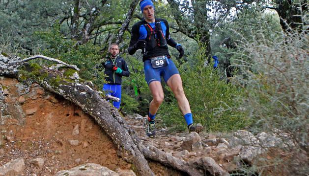 Dos de los participantes en la primera edición del Juan Miguéliz-Leyre Trail de 2016, en pleno descenso.