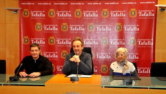 Desde la izda., Pedro Leralta; el alcalde de Tafalla, Arturo Goldaracena; y Mª Antonia González.