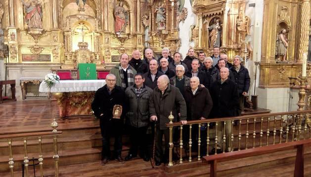 Los miembros de la Cofradía de San Antón, de Iturmendi, el domingo en la parroquia.