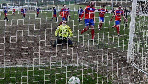 Penalti lanzado por Eneko Viana el pasado domingo con el que logró el gol que le dio la victoria al Idoya en el encuentro ante el Corellano.