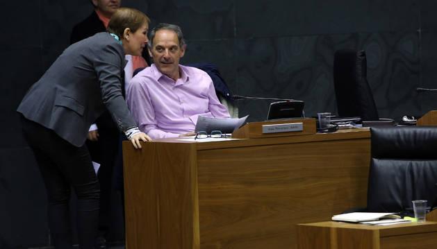 Foto de la presidenta Uxue Barkos y el portavoz de EH Bildu, Adolfo Araiz, hablan en el Parlamento foral.