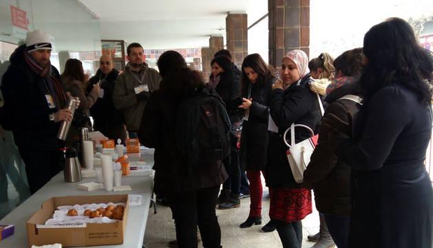 Foto de los participantes en el café solidario junto a la Oficina de Empleo.