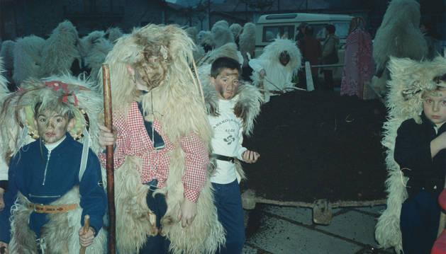 Menores embutidos en la indumentaria de 'zamarros', en la edición de 2002.