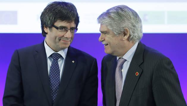 Foto de Alfonso Dastis Quecedo, y Carles Puigdemont, durante la inauguración del foro euromediterráneo que se celebra en Barcelona.
