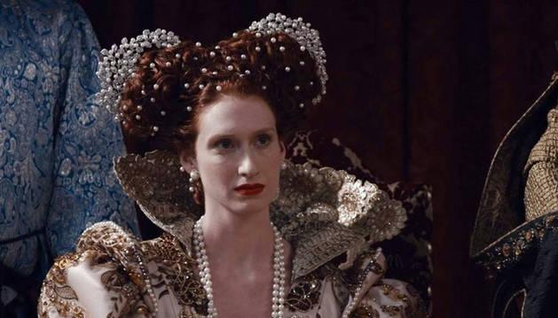 Rebecca Scott es Isabel II en Reinas, la serie que TVE comienza a emitir hoy.