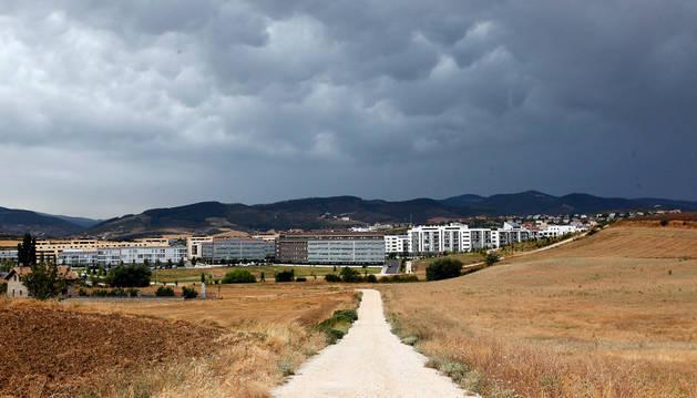 Vista de Sarriguren desde la pista que baja desde Badostain y que conecta con la avenida de España.