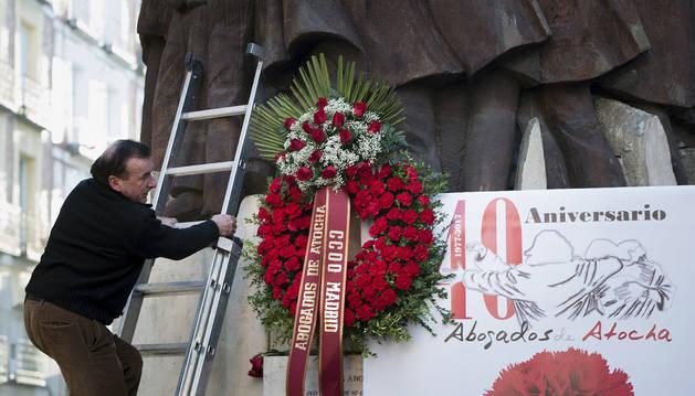 Imagen de la corona de la corona de flores colocada junta al monumento a los abogados asesinados en la calle Atocha.