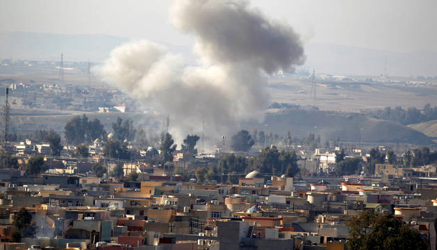 Smoke rises from airstrike in Rashidiya during a battle with Islamic State militants, in Mosul