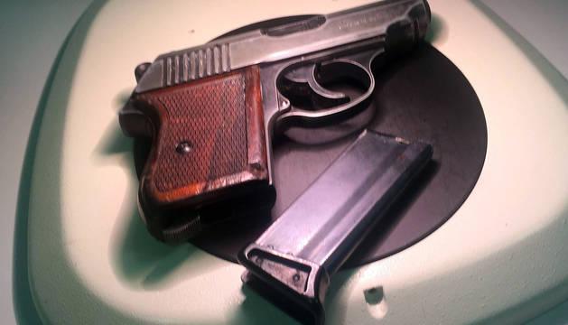 Un pistola confiscada por la policía.