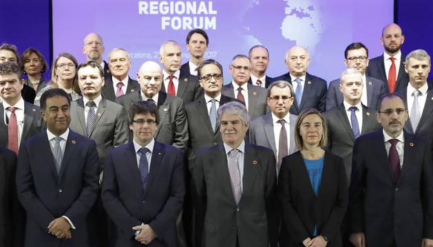 Puigdemont , durante la foto de familia del foro euromediterráneo que se celebrado en Barcelona.