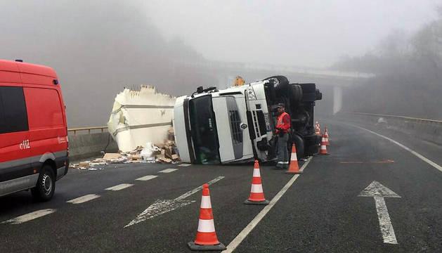 El camión, volcado en la carretera en Sunbilla.
