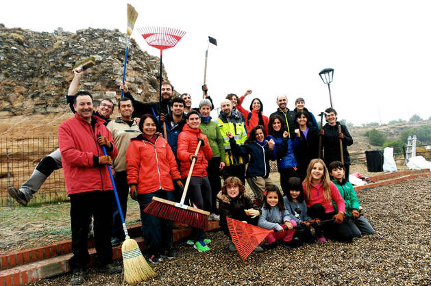 Los integrantes del grupo de voluntarios para la limpieza del Castillo de Ablitas posan juntos en la explanada-mirador de la fortaleza.
