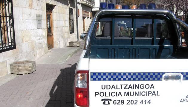 Un vehículo de la Policía Local, aparcado junto al Ayuntamento de Alsasua.