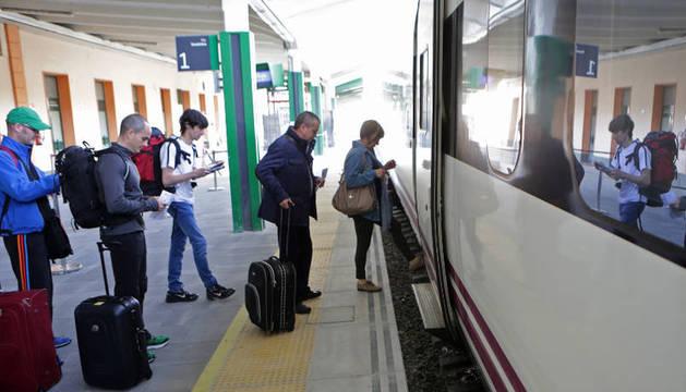 Pasajeros en la estación de tren de Pamplona.