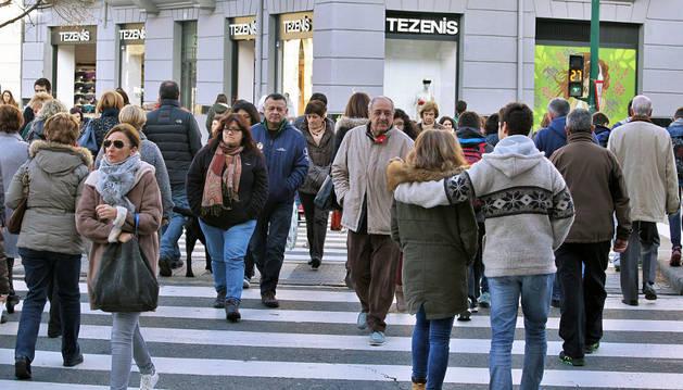 Gente paseando en la plaza de Merindades de Pamplona.