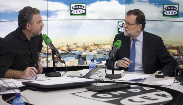 Carlos Alsina y Rajoy, durante la entrevista al presidente del Gobierno.