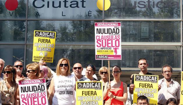 Protesta de miembros de ADICAE, plataforma de afectados por la clausula suelo en las hipotecas, en Valencia.