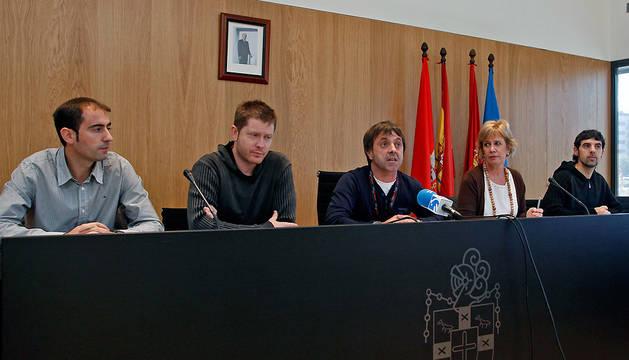 De izda. a dcha.: Mikel Bezunartea, Álvaro Carasa, Alfonso Etxeberria, Miren Aranoa y Mikel Etxarte, en una imagen de noviembre de 2012.