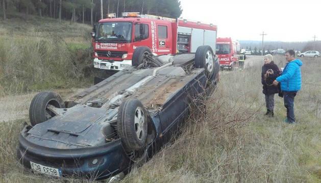 Imagen del vehículo de las dos jóvenes volcó al salirse de la vía.