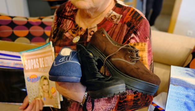 Ana María, de 79 años con el calzado que recibió, en lugar del que compró.