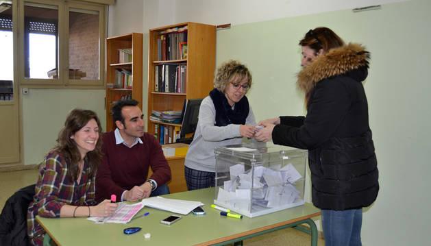 Imagen del momento de la votación en el colegio Alfonso X El Sabio de San Adrián. En la mesa, María Cárcar, secretaria del centro; Rubén Fuertes Goñi, director y Nieves López, representante del consejo escolar.