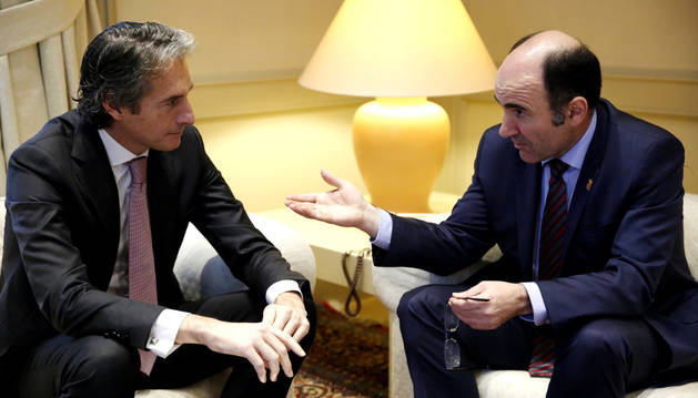 El ministro de Fomento, Íñigo de la Serna (d), durante la reunión que ha mantenido con Manu Ayerdi (d).