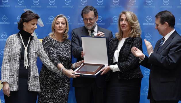 Mariano Rajoy, junto a las hermanas de Rita Barberá, y al presidente de la FEMP, Abel Caballero, en el homenaje a la exalcaldesa de Valencia.
