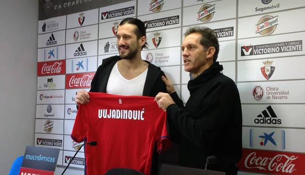 Nikola Vujadinovic, junto a Andoni Goikoetxea, este martes en su presentación.