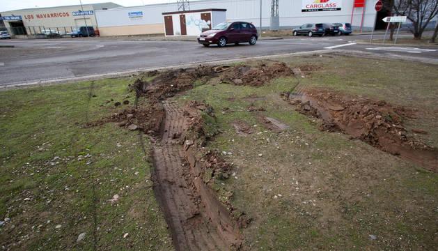 Un camión se queda atrapado en una mediana ajardinada del Polígono de Servicios de la carretera de Tarazona