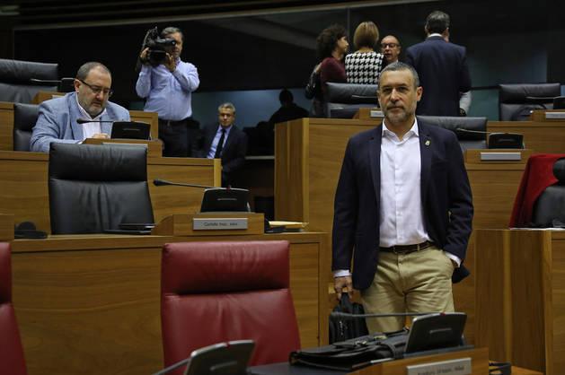 Imagen del vicepresidente Miguel Laparra, junto a su escaño en el hemiciclo del Parlamento.