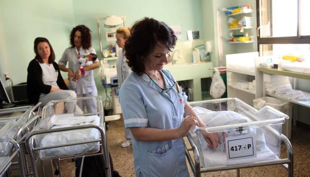 Una sanitaria atiende a un bebé recién nacido en la planta de maternidad del Hospital Reina Sofía.