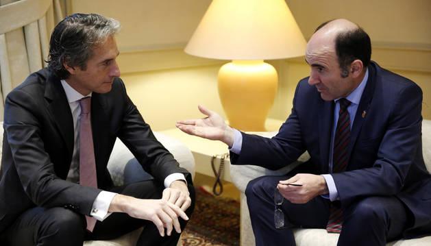Imagen del ministro de Fomento, Íñigo de la Serna y el consejero Manu Ayerdi.