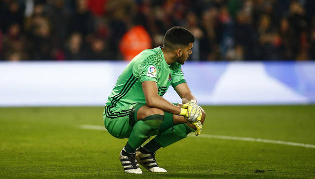Imágen de Gerónimo Rulli se lamenta en el suelo de un gol encajado.