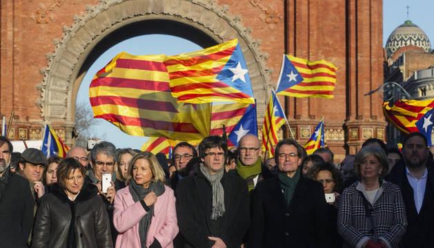 Imagen del presidente de la Generalitat, Carles Puigdemont (c) , y la presidenta del Parlamento, Carme Forcadell (i) , junto al resto de los miembros del Gobierno catalán , junto al expresidente Artur Mas,a la exvicepresidenta Joana Ortega y la exconsellera Irene Rigau (d) ,en el Arco del Triunfo en el Paseo de Lluis Companys, camino del Tribunal de Justicia de Catalunya (TSJC).