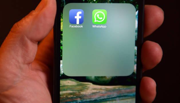 Un usuario con su teléfono listo para el uso de whatsapp y facebook.