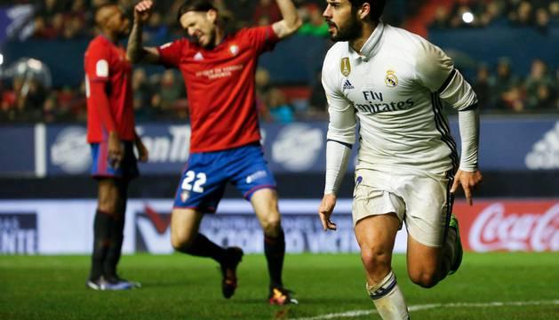Isco celebra el segundo gol del Real Madrid, ante la desesperación de Vujadinovic.