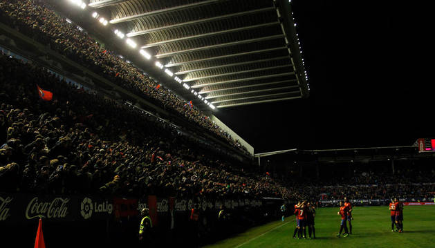 Imagen de la afición rojilla, que celebra el bonito gol logrado por Sergio León a pase de Fuentes en la primera mitad.