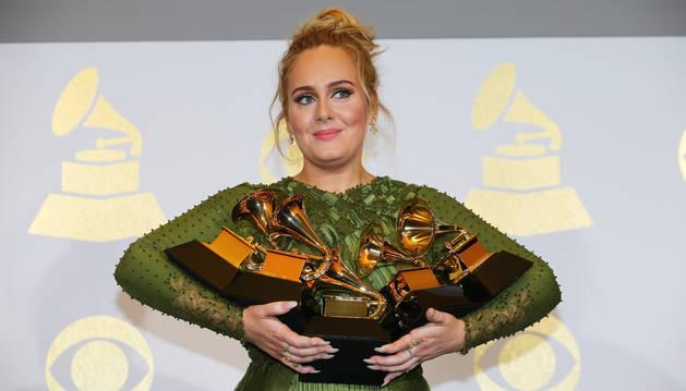 Adele y David Bowie hacen pleno en la 59 edición de los Grammy