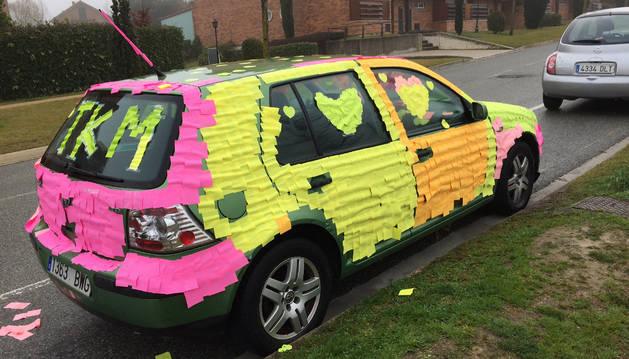 Imagen del coche forrado con pos-it de colores este San Valentín en Gorraiz.