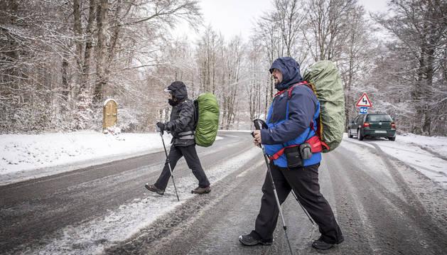 Imagen de los peregrinos desafiando al temporal de nieve el pasado 13 de enero en el alto de Mezkiritz, pocos kilómetros después de Roncesvalles.