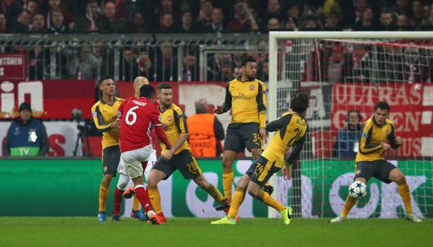 Imagen del jugador del Bayern Munich, Thiago Alcantara, marca el cuarto gol.