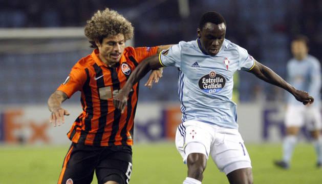 Foto del delantero danés del Celta de Vigo Pione Sisto (d) y el defensa brasileño del Shakhtar Donetsk Márcio Azevedo.