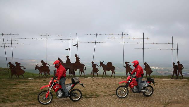 Dos agentes de la brigada de protección Medioambiental de Policía Foral patrullan en el alto de El Perdón junto a la escultura monumento al peregrino, obra de Vicente Galbete.