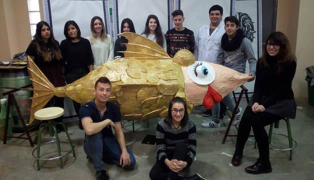 Imagen del grupo de alumnos con la sardina elaborada para el Carnaval de Cintruénigo.