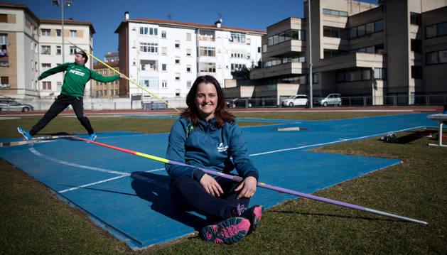 Idoia Mariezkurrena posa con la jabalina en uno de los días de entrenamiento en el estadio pamplonés de Larrabide. Detrás, lanzando, su hermano Aitor.