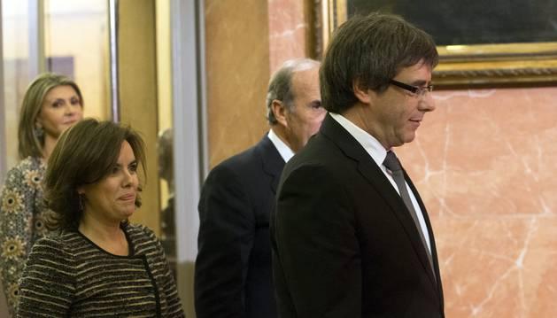 Foto de Soraya Sáenz de Santamaría junto a Carles Puigdemont, en Barcelona.