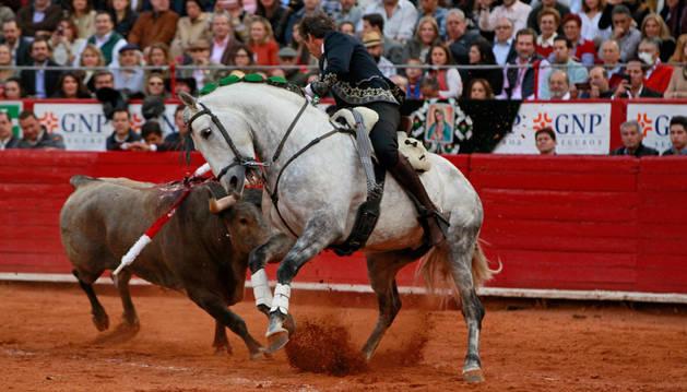 Imagen del rejoneador Español Pablo Hermoso de Mendoza lidia su segundo toro de la tarde,